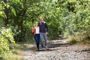 Wandelend paar in de bossen. Bron VisitBrabant.nl